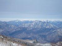 丸山山頂からは遠くに真っ白な飯豊連峰が